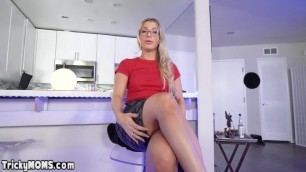 StepMom Fucking milf shyly made it to the cock.